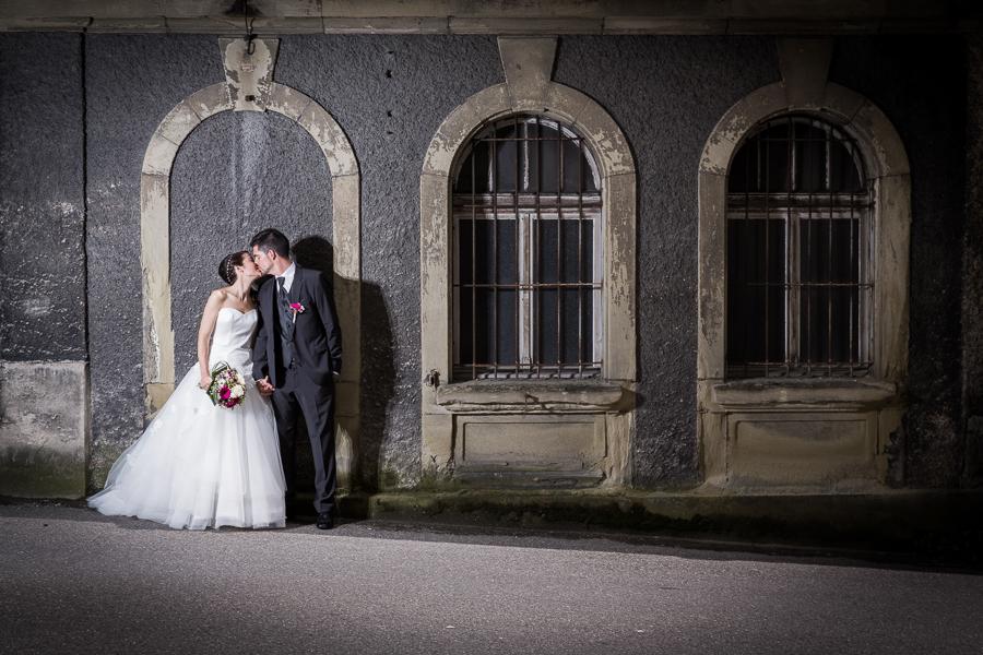 mariage à fribourg au musée gutemberg, tour en calèche tirée par des chevaux. photographe de mariage
