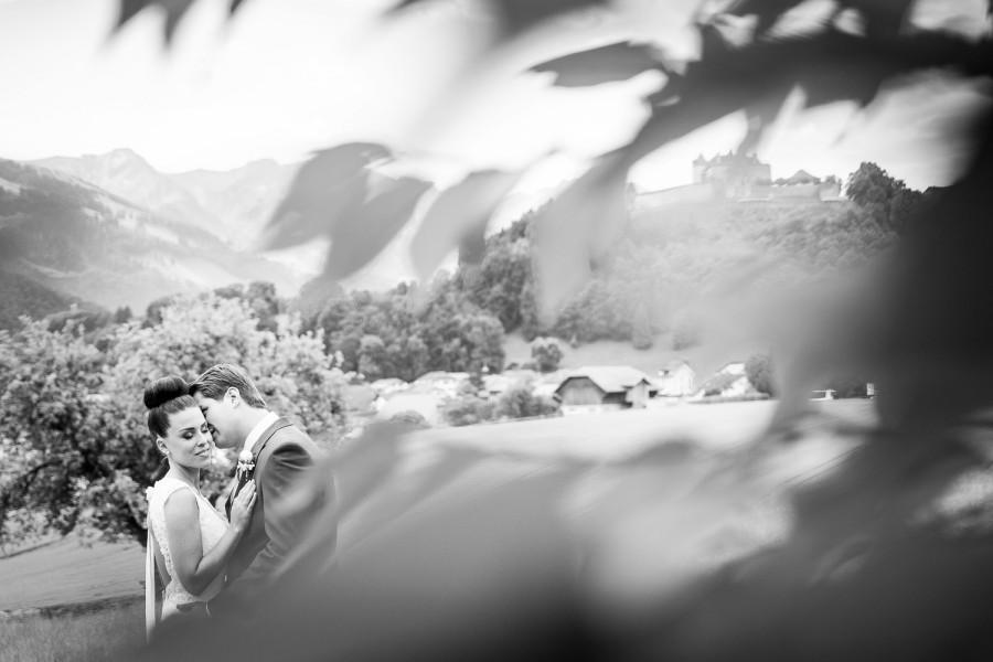 photo de couple lors d'un magnifique mariage en gruyère par un beau samedi de juin
