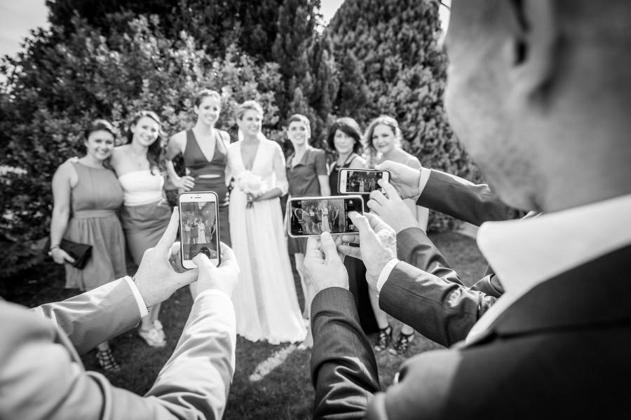 photo de groupe, Livio et Delphine ont célébré leur mariage aux portes des iris