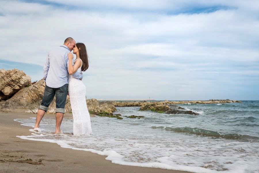 seance photo engagement au bord de mer, destination wedding en espagne, barcelone